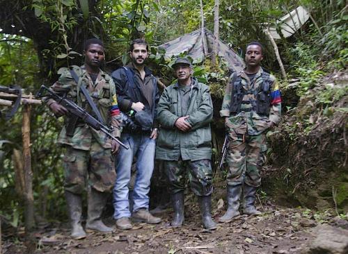 Con miembros de las FARC-EP (Fuerzas Armadas Revolucionarias de Colombia – Ejército del Pueblo).