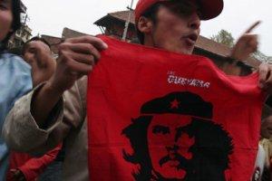 manifestante mostrando bandera del Che en Nepal