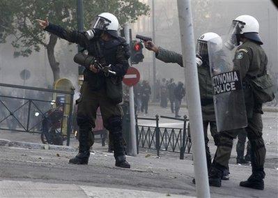 Policías simulan matar en Grecia